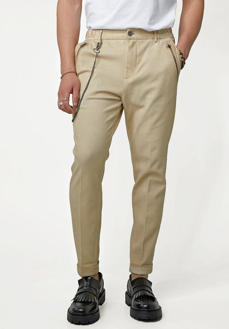 Tigha - CORNELIO - Trousers - vintage sand