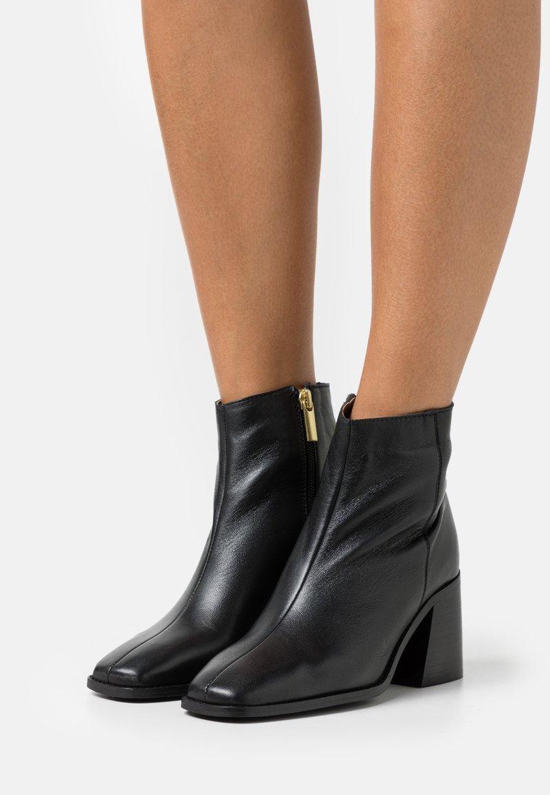 Dorothy Perkins - OCEANA FLARED POINT BOOT - Korte laarzen - black