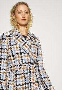 mine to five TOM TAILOR - COAT HOUNDSTOOTH - Classic coat - light blue/camel - 4