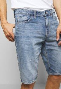 TOM TAILOR - JEANSHOSEN JOSH REGULAR SLIM JEANS-SHORTS IN VINTAGE-WASHUNG - Denim shorts - light stone wash denim        blue - 3
