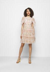 Needle & Thread - EMMA DITSY MINI DRESS - Koktejlové šaty/ šaty na párty - strawberry icing - 1