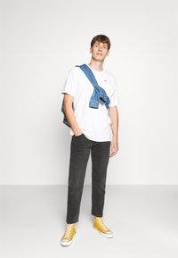 Levi's® - LEVI'S® X PEANUTS SUNSET POCKET TEE UNISEX - Print T-shirt - white - 1
