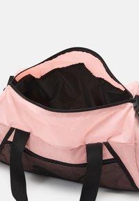 Puma - BARREL BAG - Sportstasker - elektro peach/black - 3