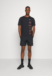 Nike Performance - MILER - T-shirt imprimé - black/claystone red/silver - 1