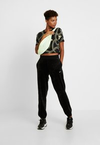 Nike Sportswear - Pantalon de survêtement - black/white - 2