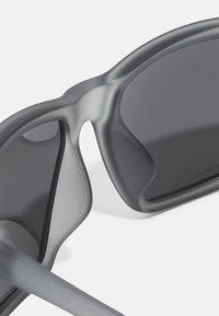 Nike Sportswear - VALIANT UNISEX - Sunglasses - wolf gray/uni red/silver-coloured - 3