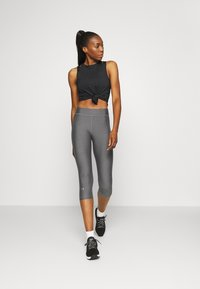 Under Armour - HEATGEAR CAPRI - Pantalon 3/4 de sport - charcoal light heather
