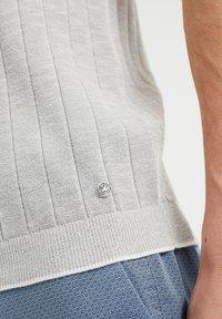 WE Fashion - MET STREEPSTRUCTUUR - Polo shirt - light grey - 4