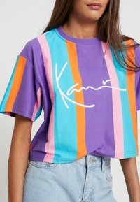 Karl Kani - SIGNATURE STRIPE TEE - Print T-shirt - purple/pink/blue/orange - 4
