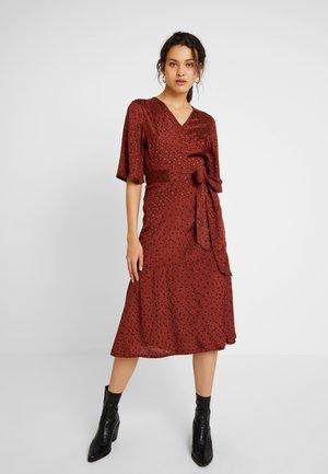 NAJA WRAP DRESS - Vapaa-ajan mekko - cherry mahogany/black