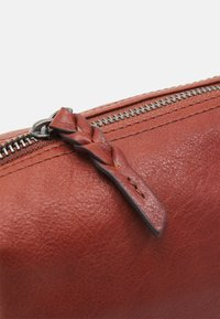 FREDsBRUDER - BOWLINE - Across body bag - dark cognac - 3