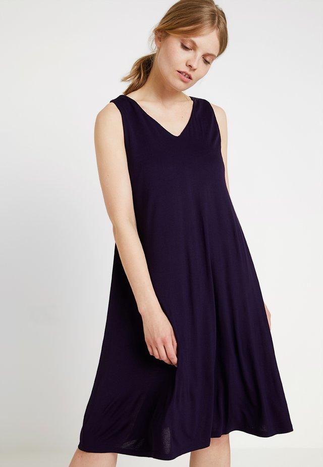 WINGA - Robe en jersey - dark violet