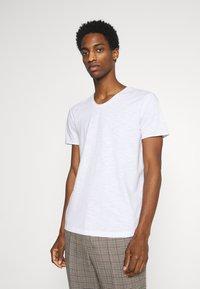 TOM TAILOR DENIM - TEE WITH BACKPRINT - Basic T-shirt - white - 0