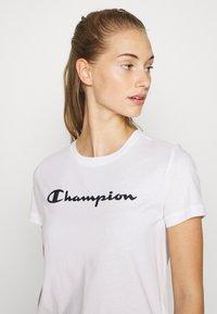 Champion - ESSENTIAL CREWNECK LEGACY - Printtipaita - white - 4