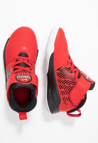 Nike Performance - TEAM HUSTLE 9 UNISEX  - Basketball shoes - university red/black/white - 0