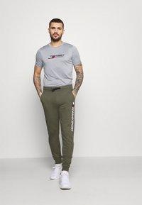 Tommy Hilfiger - LOGO - Pantaloni sportivi - green - 1