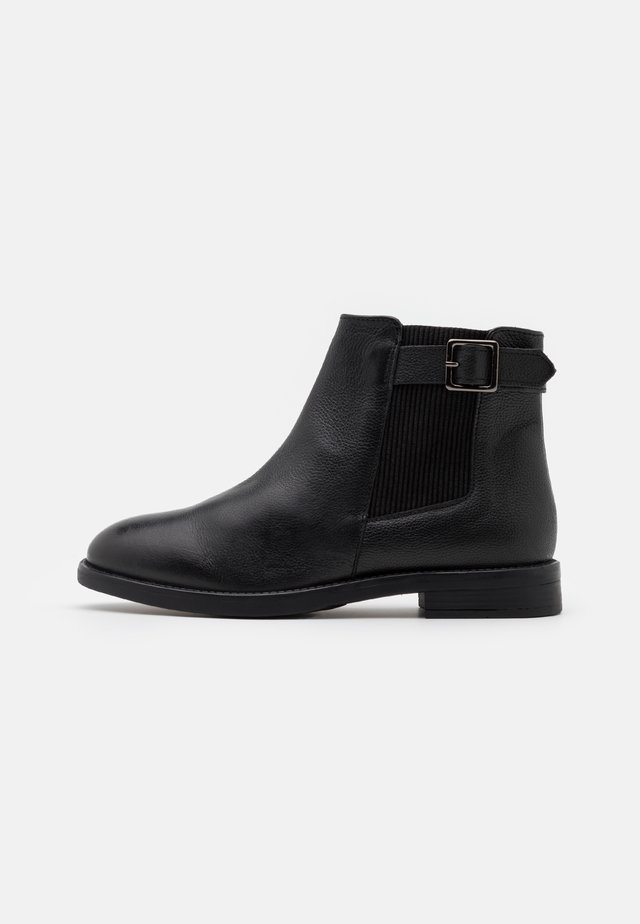 OAK BUCKLE CHELSEA BOOT - Botki - black