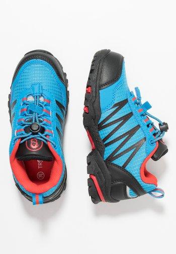 KIDS TROLLTUNGA LOW - Hiking shoes - medium blue/red