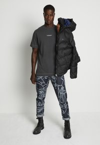 G-Star - REFLECTIVE LOGO LOOSE OD R T S\S - T-shirt z nadrukiem - compact black - 2