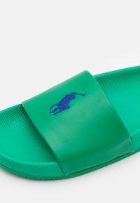 Polo Ralph Lauren - CAYSON UNISEX - Sandaler - billard green/royal blue - 5