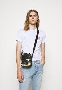 Versace Jeans Couture - UNISEX - Borsa a tracolla - black - 0