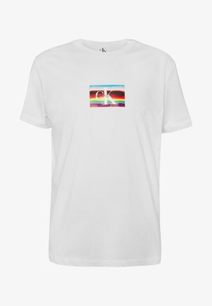 MULTI LOGO REGULAR TEE UNISEX PRIDE - Print T-shirt - bright white