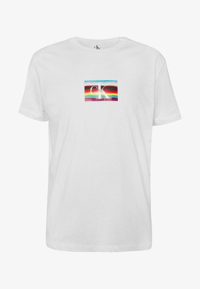 MULTI LOGO REGULAR TEE UNISEX PRIDE - T-shirts print - bright white