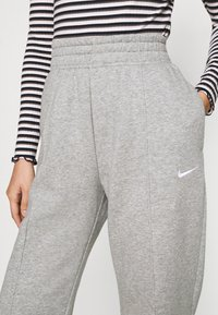 Nike Sportswear - Joggebukse - dark grey heather/matte silver/white