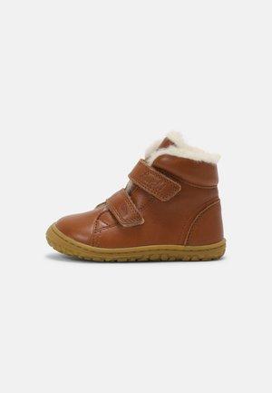 NIK BAREFOOT UNISEX - Touch-strap shoes - cognac