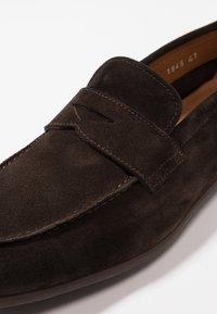 Doucal's - PENNY LOAFER - Elegantní nazouvací boty - testa di moro - 5