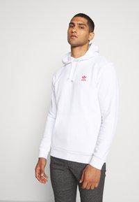 adidas Originals - ESSENTIAL HOODY UNISEX - Hoodie - white/scarle - 0