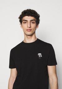 KARL LAGERFELD - CREWNECK - T-shirt con stampa - black - 3