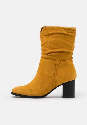 Vysoká obuv - saffron