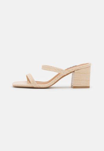 SQUARED STRAP  - Pantofle na podpatku - beige