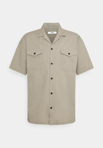 JPRBLASUMMER POCKET RESORT  - Shirt - elephant skin