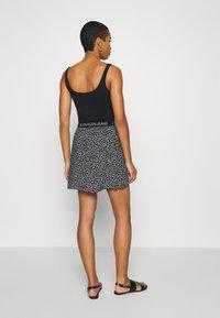 Calvin Klein Jeans - FLORAL SKIRT WITH LOGO TAPE - Áčková sukně - black/white - 2