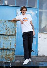 Dickies - HORSESHOE TEE - T-shirt con stampa - white - 5