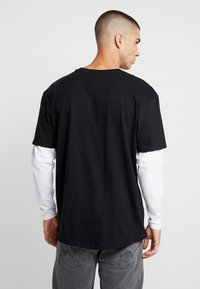 Urban Classics - OVERSIZED SHAPED DOUBLE LAYER TEE - Long sleeved top - black/white - 2