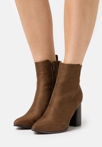 ONLY SHOES - ONLBRODIE LIFE HEELED BOOTIE   - Botki na obcasie - khaki - 0