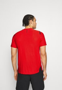 Nike Performance - T-shirts med print - university red/black - 2