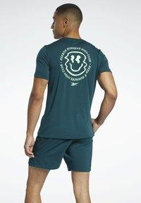 Reebok - RUN ESSENTIALS SPEEDWICK T-SHIRT - Print T-shirt - green - 2