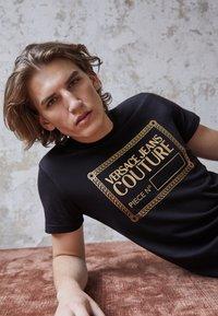 Versace Jeans Couture - T-shirt imprimé - nero/oro - 3