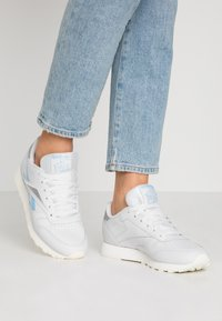 Reebok Classic - Sneakersy niskie - porcelain/fluid blue/silver metallic - 0