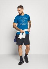 Hummel - HMLPETER  - Print T-shirt - blue sapphire - 1