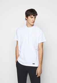ARKK Copenhagen - BOX LOGO TEE - Basic T-shirt - white - 0