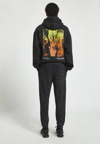 PULL&BEAR - Pantaloni sportivi - mottled black - 2