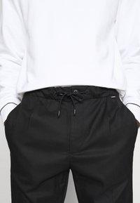 Calvin Klein - TAPERED ELASTIC DRAWSTRING PANT - Trousers - black - 3