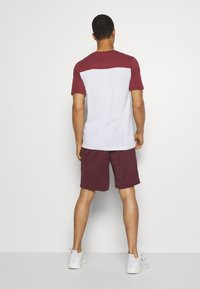 Jack & Jones - JJIZPOLYESTER SHORT - Urheilushortsit - port royale - 2