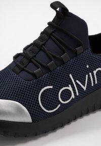 Calvin Klein Jeans - Sneakersy niskie - indigo/silver - 5
