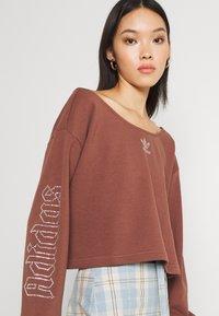 adidas Originals - SLOUCHY CREW - Sweatshirt - earth brown - 3